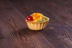Cake. With apelsiinom, kiwi and cherries. Close-up stock image