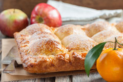 Cake with apples and tangerines Royalty Free Stock Photography