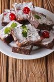 Cake brownies met okkernoten op een plaat Verticale close-up Royalty-vrije Stock Afbeeldingen