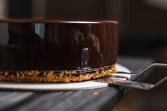 Cake in chocolade wordt behandeld die royalty-vrije stock afbeeldingen