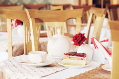 Cake and cup of tea in cafe Royalty Free Stock Images