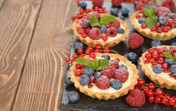 Cake with custard and berries Royalty Free Stock Photos