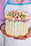 Cake in de handen Stock Afbeeldingen