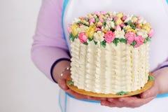 Cake in de handen van de leider Royalty-vrije Stock Afbeeldingen