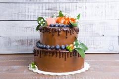 Cake de met twee lagen van het chocoladehuwelijk met rozen Royalty-vrije Stock Foto's