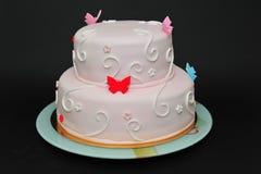 Cake de op twee niveaus van het vlinderfondantje royalty-vrije stock foto's