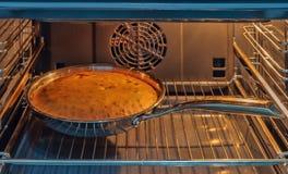 Cake in de oven, Kerstmis wordt gebakken die stock foto