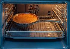 Cake in de oven, Kerstmis wordt gebakken die royalty-vrije stock foto