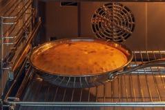 Cake in de oven, Kerstmis wordt gebakken die royalty-vrije stock fotografie