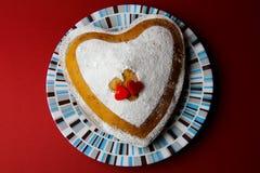 Cake in de vorm van hart Stock Afbeeldingen