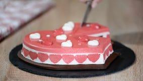 Cake in de vorm van hart voor Valentine-vakantie Scherp stuk van moussecake stock footage