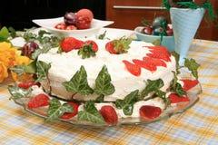 Cake die met aardbeien wordt verfraaid royalty-vrije stock afbeeldingen