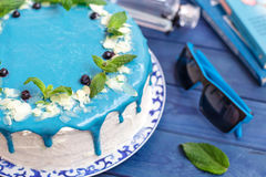 Cake die met blauwe room, munt en bosbessen wordt verfraaid Royalty-vrije Stock Afbeelding