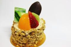 Cake die met vers fruit wordt verfraaid Royalty-vrije Stock Foto