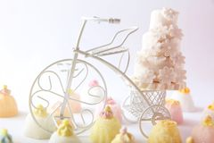 Cake en cupcakes op uitstekende witte fiets Royalty-vrije Stock Foto