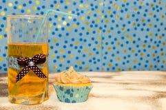 Cake en een glas water Royalty-vrije Stock Afbeeldingen