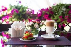 Cake en latte voor dessert royalty-vrije stock afbeelding
