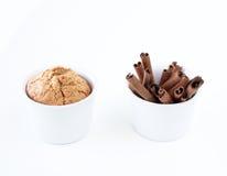 Cake en pijpjes kaneel in witte koppen Stock Fotografie