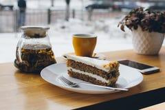 Cake en thee op de lijst Royalty-vrije Stock Foto's