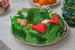 Cake in the form of a Christmas wreath. On a table with a white tablecloth royalty free stock photos