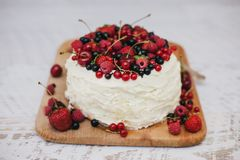 Cake with fresh berries and white glaze Royalty Free Stock Photography