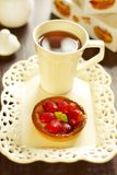 Cake with fresh strawberries and tea Royalty Free Stock Photos