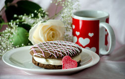 Cake and heart mug with a rose Royalty Free Stock Images