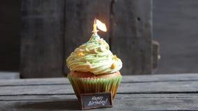 Cake met één kaars, verjaardagskaars dat net uit met rook is geblazen stock footage