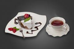 Cake met aardbei en een kop thee Stock Afbeeldingen