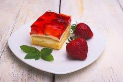 Cake met aardbeien en aardbeigelei Royalty-vrije Stock Foto's