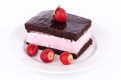 Cake met aardbeien en chocolade. Royalty-vrije Stock Afbeelding