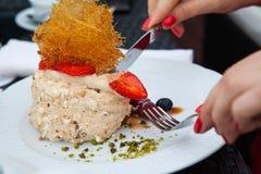 Cake met aardbeien en karamel op de plaat Stock Fotografie