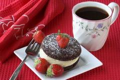Cake met aardbeien en koffie Royalty-vrije Stock Afbeeldingen