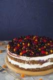 Cake met bessenframboos en zwarte stroom op grijze lijst Stock Foto