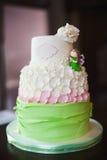 Cake met bloemen stock afbeeldingen