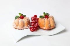 Cake met bosbessenmunt die wordt verfraaid Stock Foto