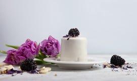 Cake met braambes en tulp, de achtergrond van de Valentijnskaartendag, exemplaarruimte Royalty-vrije Stock Foto's