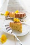 Cake met de bloemen van de paardebloem royalty-vrije stock foto