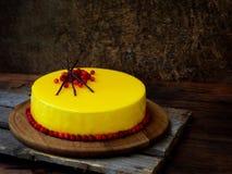 Cake met een spiegeldeklaag wordt behandeld, met Amerikaanse veenbessen en chocoladedecor dat wordt verfraaid Moderne Russische h Stock Afbeeldingen