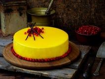 Cake met een spiegeldeklaag wordt behandeld, met Amerikaanse veenbessen en chocoladedecor dat wordt verfraaid Moderne Russische h Royalty-vrije Stock Foto
