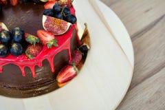 Cake met fig.vruchten, druiven en een aardbei Stock Afbeelding