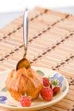 Cake met framboos en lepel. Royalty-vrije Stock Afbeeldingen