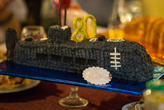 Cake met fruit en kaarsen op de feestelijke lijst Stock Foto