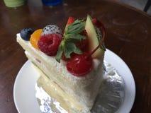 Cake met fruit wordt behandeld dat Stock Foto's