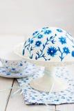 Cake met geschilderde bloemen Royalty-vrije Stock Afbeeldingen