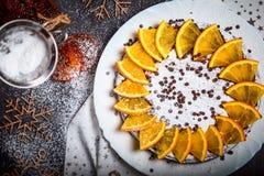 Cake met gesneden sinaasappelen wordt verfraaid die Hoogste mening Stock Foto
