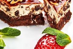 Cake met karamel op een witte plaat stock fotografie