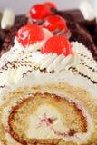 Cake met kersen stock afbeeldingen