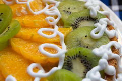 Cake met kiwi en oranje plakken Stock Foto's
