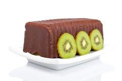 Cake met kiwi op een schotel Stock Foto's